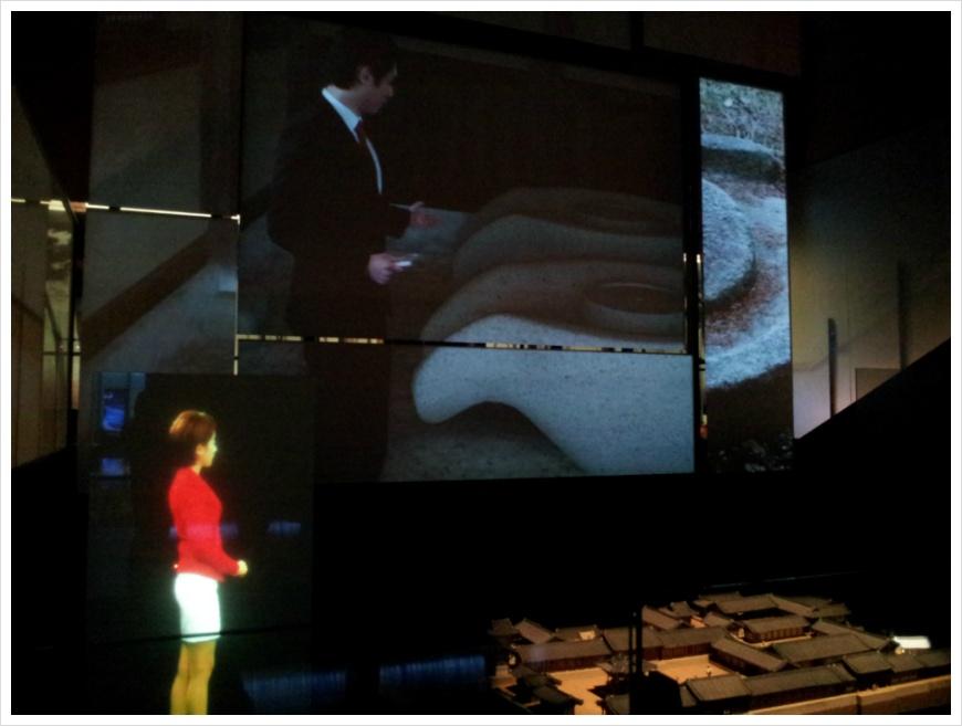 회암사지 모형 앞의 스크린에서 나오는 회암사지에 대한 영상